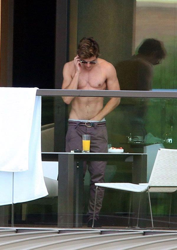 Zac Efron shirtless, nude and naked: real or fake?